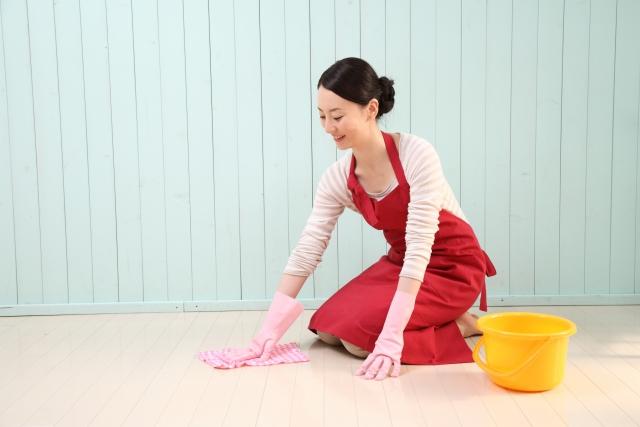 床を拭き掃除する女性