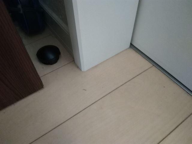 家具と壁の隙間に置いたブラックキャップ