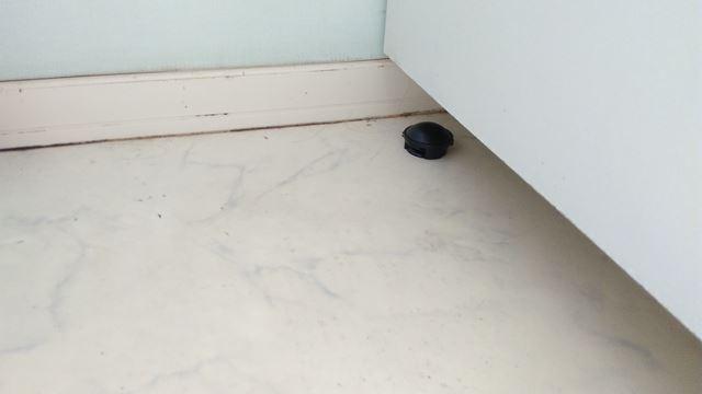 洗面台の下に置いたブラックキャップ