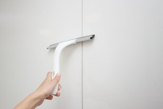 水切りワイパーで風呂の壁の水滴を除去