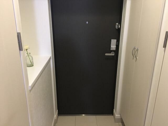 家の中から見た玄関ドア