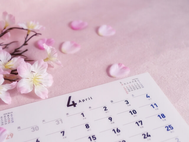 桜の花びらと4月のカレンダー