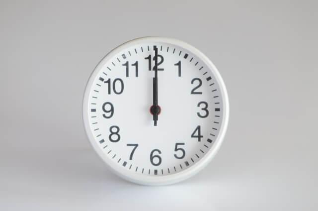 12時を指した時計