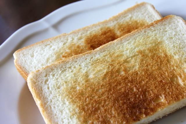 トーストして半分に切った食パン