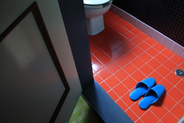 トイレの青いスリッパ