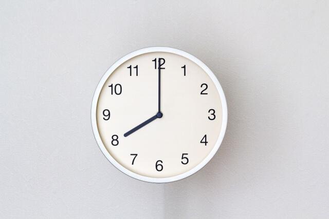 8時を指す壁時計