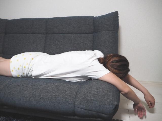 だるくてソファに寝転がる人