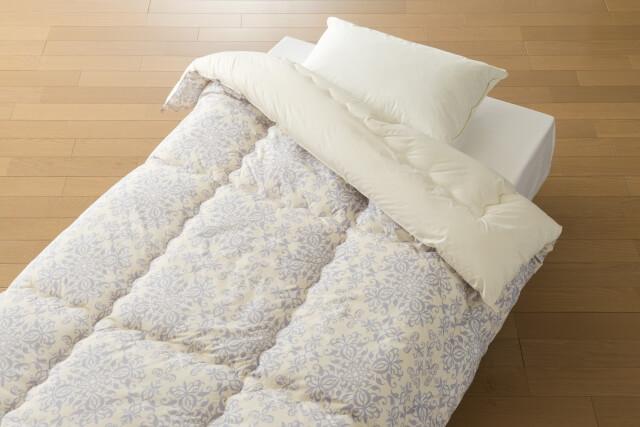 白い羽毛布団と枕