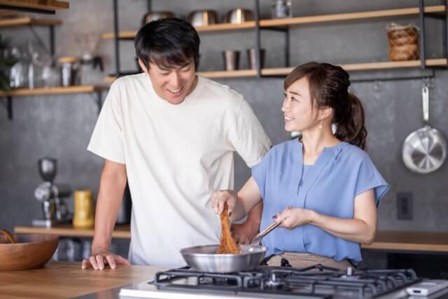 洋食を作るカップル