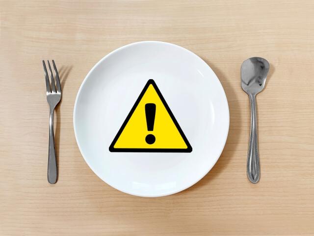 ビックリマークが描かれたお皿とフォークとスプーン