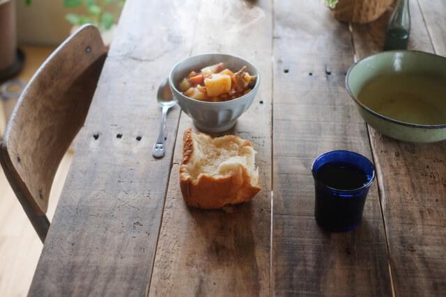 パンと野菜スープの朝食