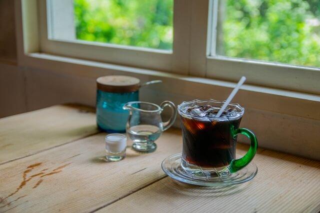 喫茶店のテーブルとアイスコーヒー
