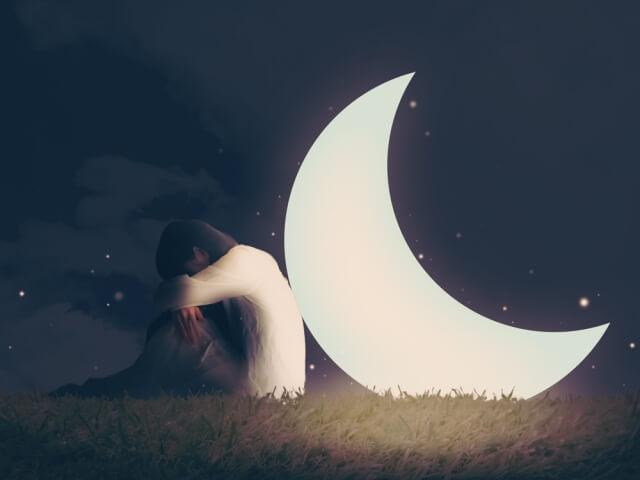 夜に孤独感にさいなまれる人
