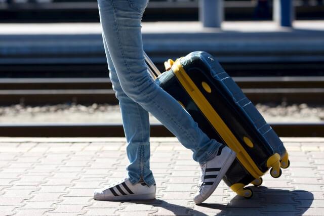 スーツケースを引きずる人