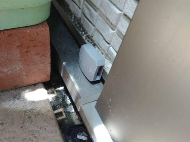 ベランダのプランターの脇に設置したブラックキャップ屋外用