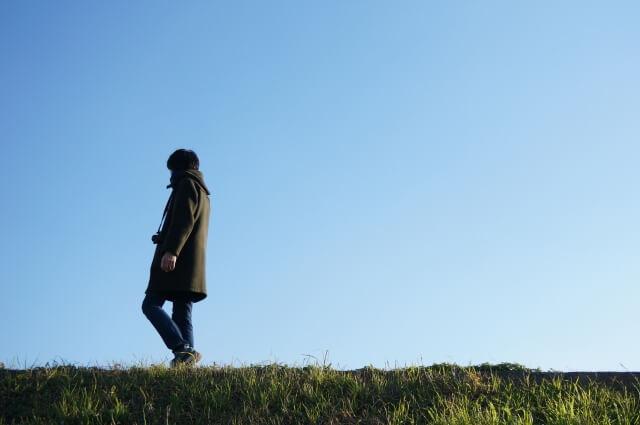 道を歩く男性