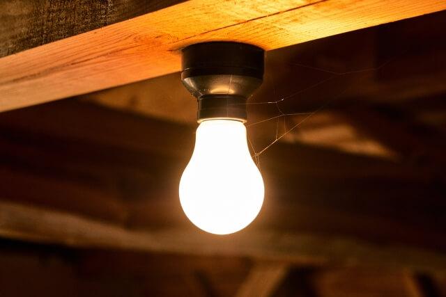 天井の裸電球