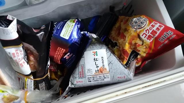 冷凍庫に入れたコンビニおにぎり