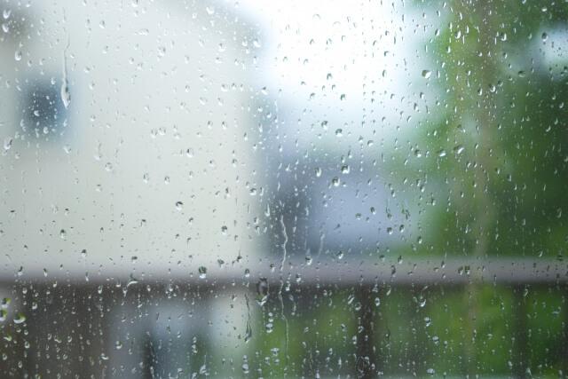 窓ガラスについた雨粒